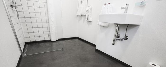 Badeværelsesgulv lagt med Conteco beton i stedet for microcement