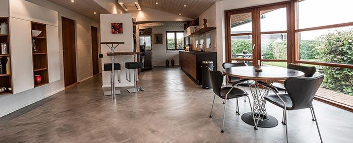 Køkkengulv i privat hjem belagt med grå Conteco beton