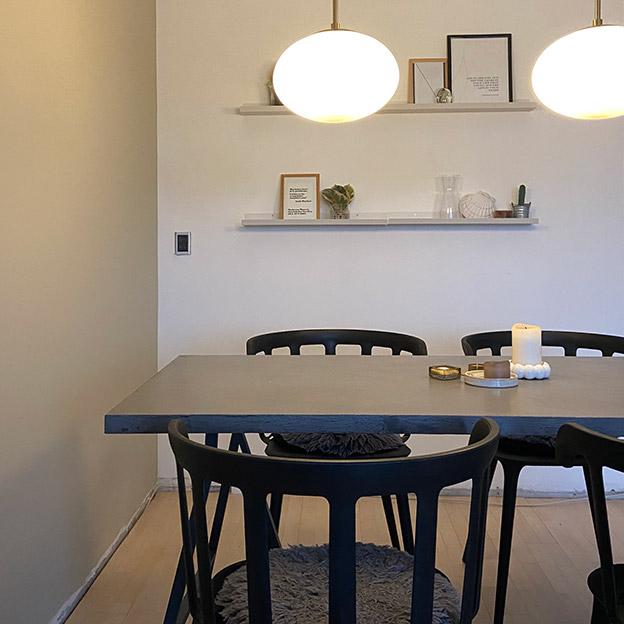 lille-sort-betonspisesebord