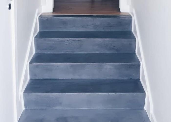 Blå betontrappe i hjem